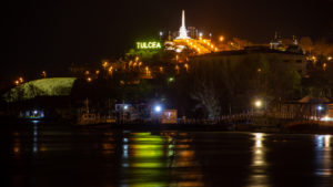 Monumentul Eroilor din Tulcea, noaptea