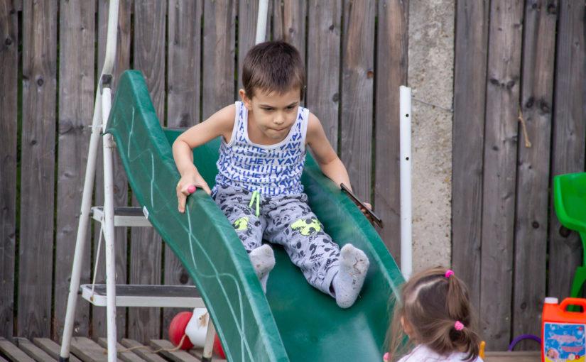 Copiii la locul de joacă cu noul tobogan
